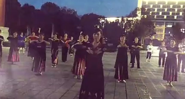夜幕下广场排练《新疆舞》