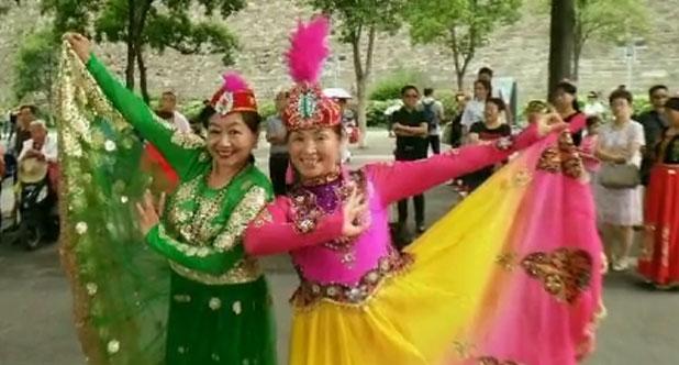 南京玄武湖畔新疆舞