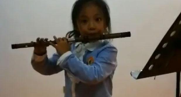吹笛子的小姑娘